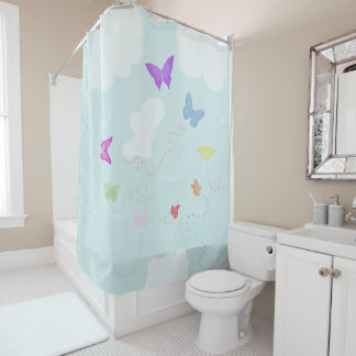 Schmetterlinge, die in den Himmel wandern Duschvorhang