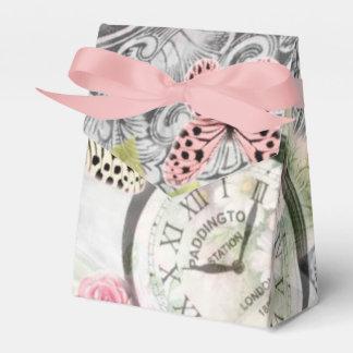 Schmetterlinge und Uhren vintage in den rosigen Geschenkschachtel