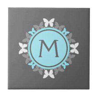 Schmetterlings-Kranz-Monogramm-weißes Eis-blaues Keramikfliese