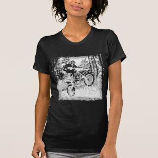 Schmutzfahrrad, das in das Holz sich dreht T-Shirt