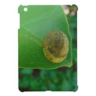 Schnecke auf einem Magnolienblatt iPad Mini Hülle