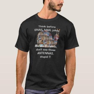 Schnecken benutzen Radioapparat, sehen jene T-Shirt