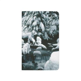 Schnee bedeckte taschennotizbuch