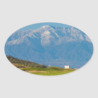 Schnee mit einer Kappe bedeckte Berge Ovaler Aufkleber