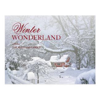 Schneedeckelandschaft und rote Scheune im Abstand Postkarte