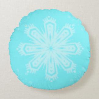 Schneeflocke auf hellem Blau Rundes Kissen