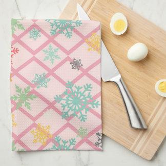 Schneeflocken auf einem rosa Hintergrund mit Küchentuch
