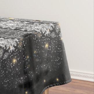Schneeflocken auf schwarzer Tischdecke