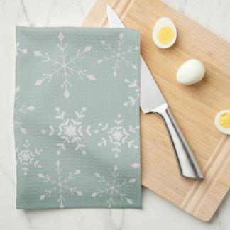 Schneeflocken mit einem Hintergrund von hellgrünem Küchentuch
