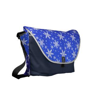 Schneeflocken weiß auf Blau Kurier Tasche