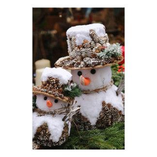 Schneemänner, die Pinecone Hut tragen Briefpapier