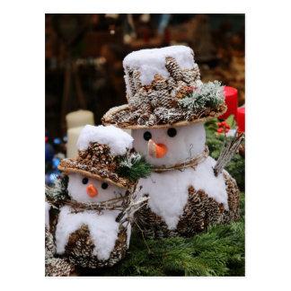 Schneemänner, die Pinecone Hut tragen Postkarte