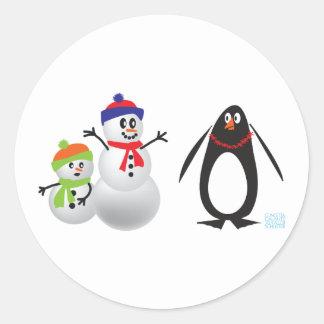 Schneemänner und Pinguin Runder Aufkleber