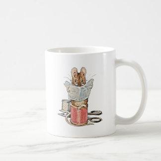 Schneider-Maus auf Spule des Fadens Kaffeetasse