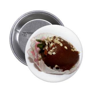 Schokolade bedeckte Erdbeere mit Nüssen Anstecknadelbutton