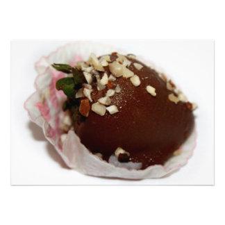 Schokolade bedeckte Erdbeere mit Nüssen Einladungskarten