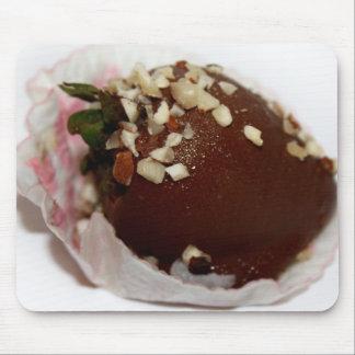 Schokolade bedeckte Erdbeere mit Nüssen Mousepad