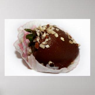 Schokolade bedeckte Erdbeere mit Nüssen Poster