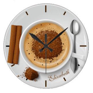 Schokoladen-Kaffeetasse auf einer hölzernen Große Wanduhr