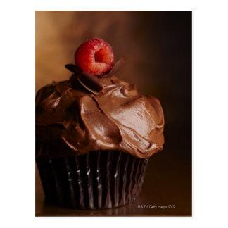 Schokoladen-kleiner Kuchen mit einer Himbeerspitze Postkarte