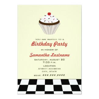 Schokoladen-kleiner Kuchen mit KirschRetro Individuelle Einladungskarten