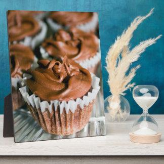 Schokoladen-mattierte kleine Kuchen auf einem Fotoplatte