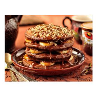 Schokoladen-Pfannkuchen mit Bananen und Karamell Postkarte