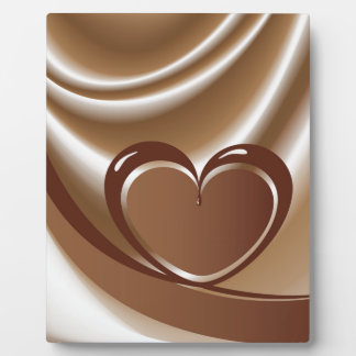 Schokoladenherz von einem Band im Hintergrund von Fotoplatte