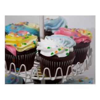 Schokoladenkleine kuchen auf einem Kuchenstand 2 Postkarte
