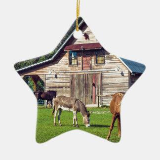 Schöne Bauernhof-Szene mit Pferden und Scheune Keramik Ornament