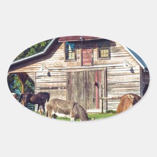 Schöne Bauernhof-Szene mit Pferden und Scheune Ovaler Aufkleber
