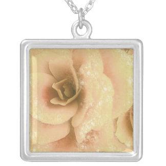 Schöne Begonie, gelber mit Blumenpfirsich, Halskette Mit Quadratischem Anhänger
