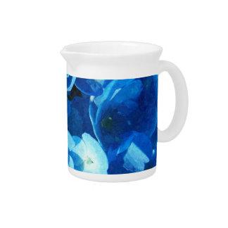 schöne blaue Hydrangea-Blumen-Geschenkeinzelteile Getränke Pitcher