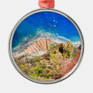 Schöne bunte Küstenlandschaft mit blauem Meer Silbernes Ornament