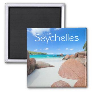 Schöne felsige Küste in Seychellen Quadratischer Magnet