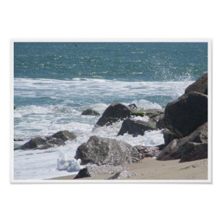 Schöne Gezeiten gegen die Felsen an Kure Strand, Poster