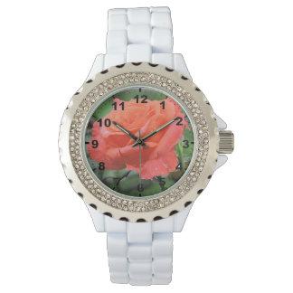 Schöne korallenrote Rosen-Blume mit Regentropfen Armbanduhr