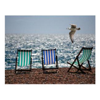 Schöne Landschaft der Deckchairs Seestrand-Seemöwe Postkarte