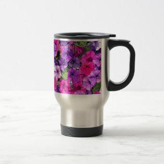 Schöne lila Petunie-Blumen Reisebecher