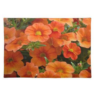 Schöne orange Petunie-Blumen Stofftischset