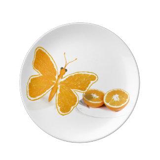 Schöne orange Schmetterlinge mit Orangen Teller
