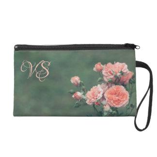 Schöne rosa Rosen. Addieren Sie Ihr Monogramm Wristlet Handtasche