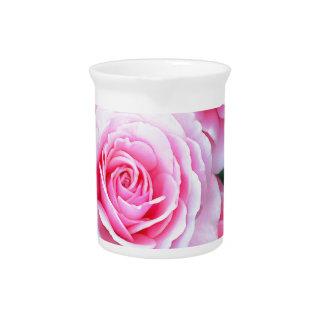 Schöne rosa Rosen Getränke Pitcher