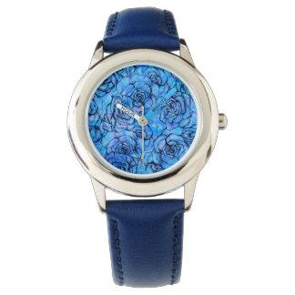 Schöne Rosen auf blauem Hintergrundmuster Uhr