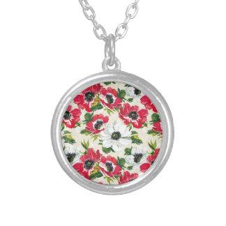Schöne rote und weiße Mohnblumen auf Sahnegelb Versilberte Kette