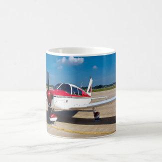 Schöne rote und weiße Propeller-Flugzeug-Tasse Tasse