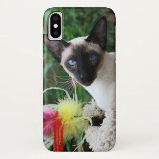 Schöne siamesische Katze, die mit Spielzeug spielt iPhone X Hülle