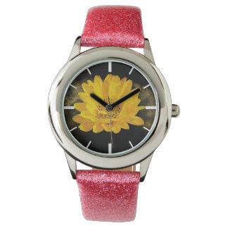 Schöne Sonnenblume mit dunkles Brown-Hintergrund Armbanduhr