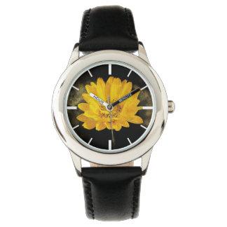 Schöne Sonnenblume mit dunkles Brown-Hintergrund Uhr