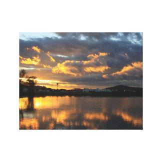 Schöne Sonnenuntergang-Reflexion mit flaumigen Leinwanddruck